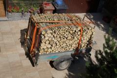 Na klasický  vozík se vlezou dva prostorové metry dřeva