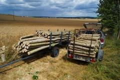 Ze svážeče dřeva můžeme krátit celé stromy na délky polen dle požadavku zákazníka a to mnohem rychleji než na klasické koze