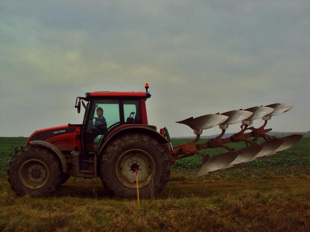 Mladý traktorista to už také zvládal.