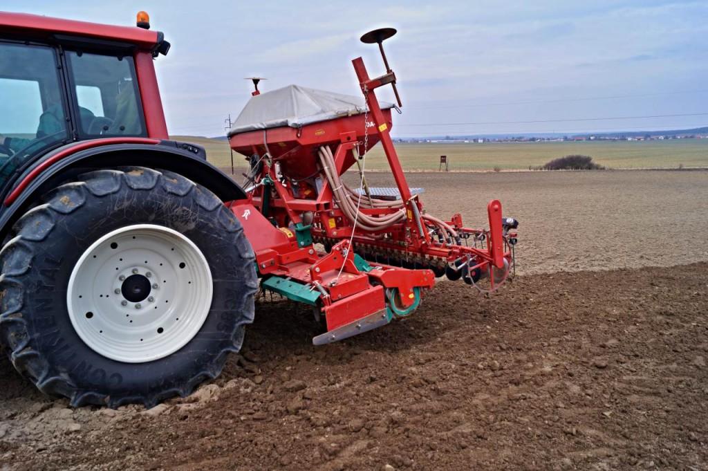 Rotační brány v kombinaci se secím strojem nádherně srovnaly zorané pole.